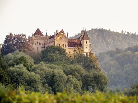 Start Eberstein: Blick auf Tudorschloss und Kirche